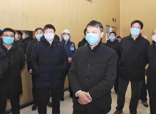 吉林省副省长王庭凯(中)在吉林市委书记、市长贺志亮(后左二)陪同下在吉林紫瑞新材料有限公司了解企业生产运营情况。