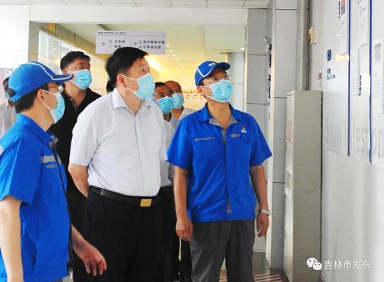 吉林市市长贺志亮(前中)在华润雪花啤酒(吉林)有限公司了解企业生产运营情况。