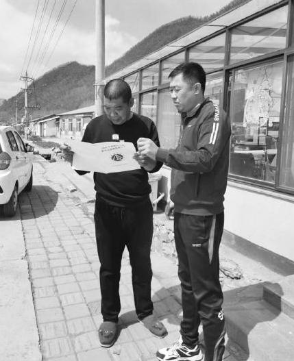 工作人员向村民详细讲解责任书内容