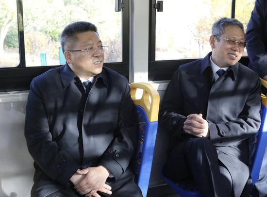 中共白城市委副书记、白城市人民政府市长李明伟(左)一汽解放汽车有限公司董事长胡汉杰(右)在白城市氢燃料电池公交车交接暨投运仪式活动中试乘氢燃料公交车
