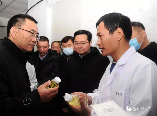 中国农业科学院党组书记张合成(左一)在市长王路(右二)的陪同下,在中国农科院特产研究所调研生物替抗药物发酵工程实验室工作情况。