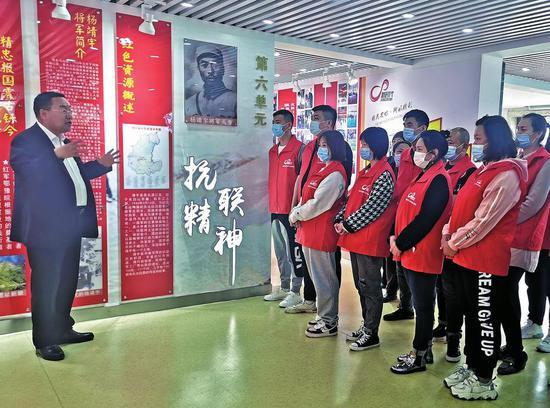 在靖宇县新时代文明实践中心,白山红色故事宣讲团成员、史志专家董新春在讲述共产党员开展地下斗争的传奇故事。 记者 李慧龙 摄