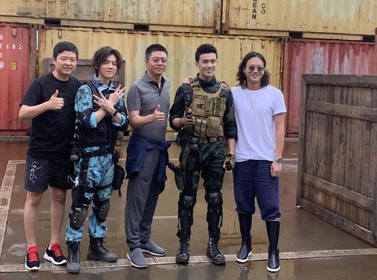 许宏宇(右一)和剧组成员。
