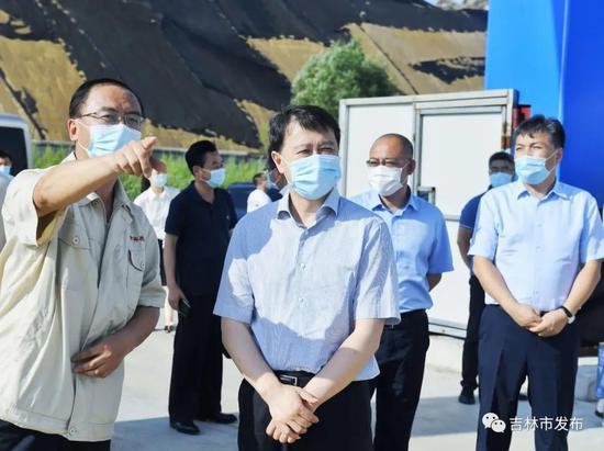 图为吉林市委书记王庭凯(中)在吉林炭素有限公司整体搬迁及技术升级改造项目建设现场调研。
