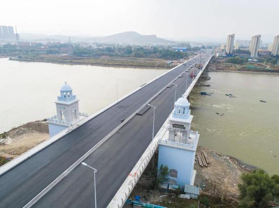白山大桥路面沥青摊铺完成
