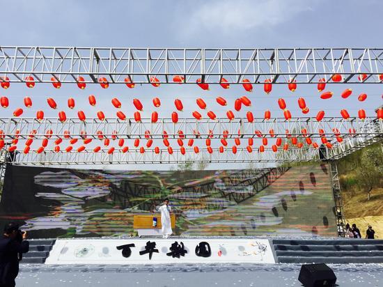 星光大道李玉刚模仿者、知名歌手陈家乐为现场嘉宾演唱《梨花颂》