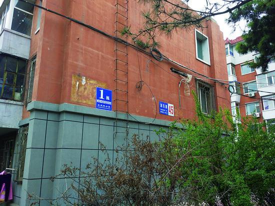 湖滨街附近住宅楼上不正规的地名标志牌。 林桂清 摄
