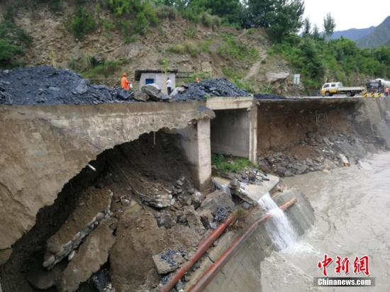 7月以来,受连日强降雨影响,甘肃陇南市境内多处路基被洪水冲垮,路基边坡垮塌,路段发生泥石流等灾害,严重影响国道212线道路正常通行。当地公路养护部门启动水毁应急抢险预案,抢修便道,保交通安全畅通。陇南公路管理局供图