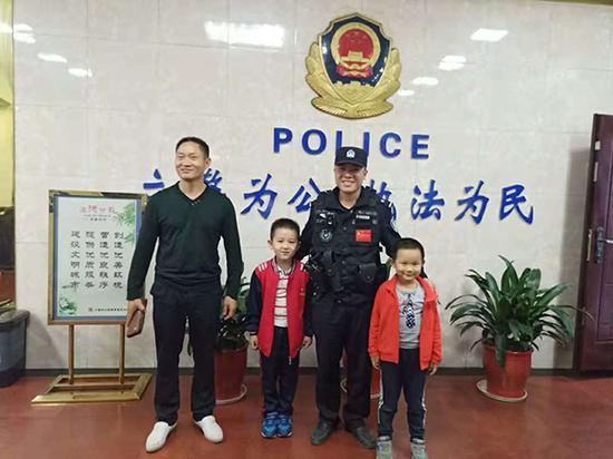 捡到钱包的两名幼童。警方供图