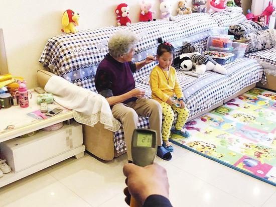 ①供热首日,香江铂朗明珠小区的韩女士一家已经感受到温暖。