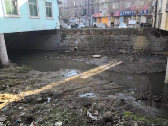 仙人河河道垃圾、粪污遍布,群众反映强烈。生态环境部供图