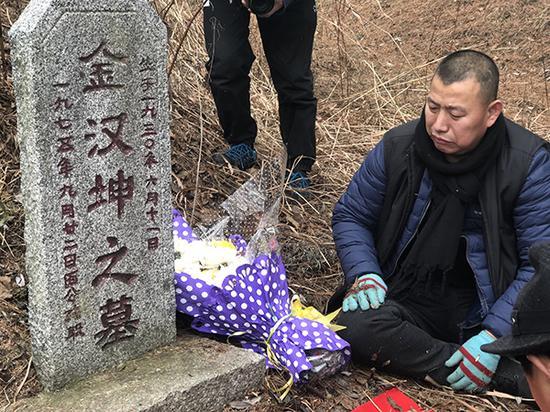 金哲宏无罪出狱之后,回老家祭拜亡父。 本文图片 澎湃新闻记者 王选辉 图