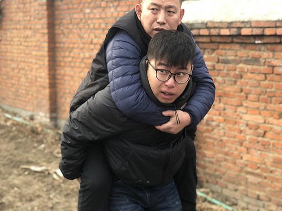 金哲宏无罪出狱之后,回老家祭拜亡父。