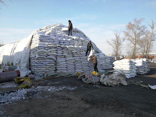 黑龙江强迫劳动案的一些被害人曾在化肥厂干苦力。他们得爬上十多米高的原料堆,将一袋袋化肥原料搬下来。澎湃新闻记者 朱远祥 图