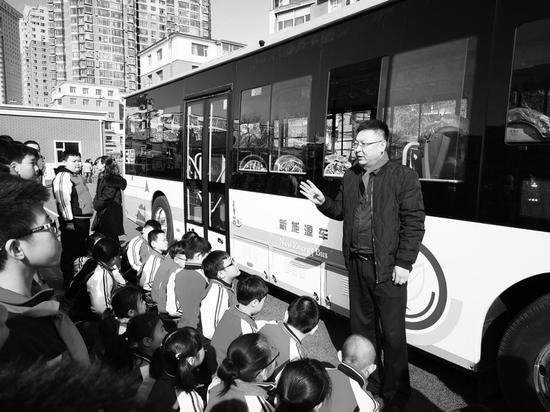 公交车驾驶员为小学生讲解乘车注意事项。 林桂清 摄