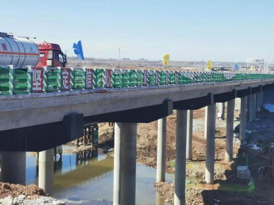 建设中的饮马河大桥,桥梁采用防腐耐久性较高的黑色沥青漆。