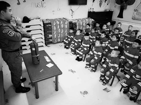 """小小""""消防员""""在学习消防知识。 林桂清 摄"""