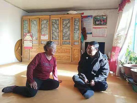 姜蕾到村民家了解情况。王晓彤 摄