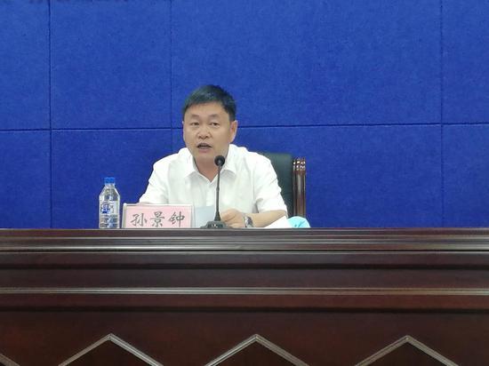 桦甸市委常委、市委宣传部部长孙景钟在新闻发布会上介绍本届白桦节相关情况。