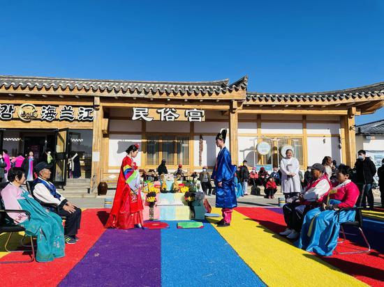 和龙市西城镇金达莱民俗村的朝鲜族婚礼表演