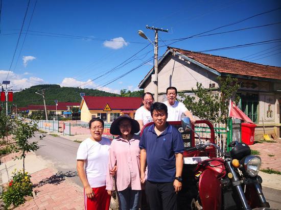 2020年8月7日,孕中的蔡光洁(前排中)和家人在马家岗村合影。