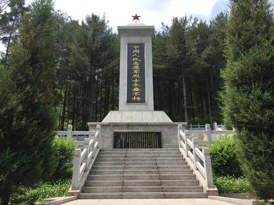 """中国人民志愿军烈士永垂不朽""""纪念碑。本报记者张博宇摄"""
