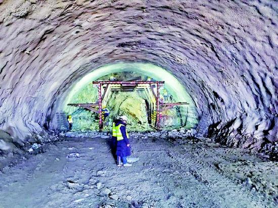 集安至桓仁高速公路隧道施工现场。