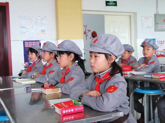 翰章红军小学学生认真聆听红色故事。 单发 摄