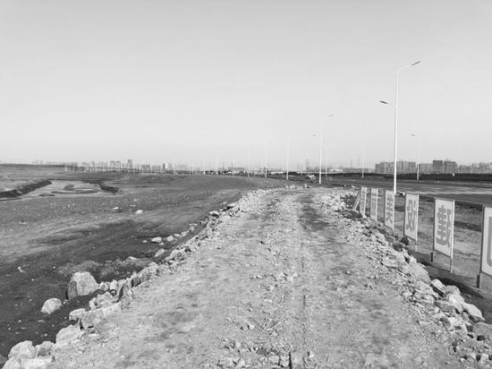 东滨河路西侧就是伊通河,河边竖立着施工牌。