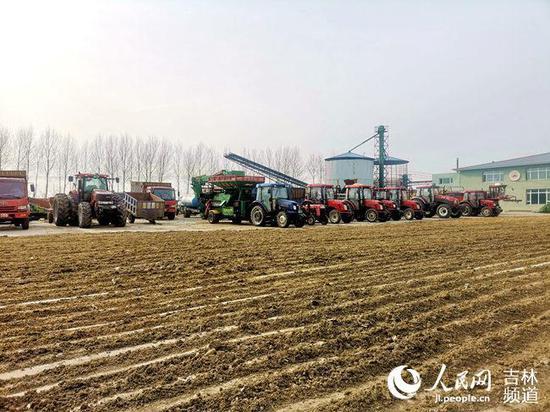 榆树市天雨机械种植专业合作社院内各种农机整装待发。(人民网马俊华 摄)
