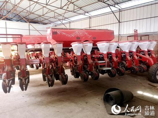 树市天雨机械种植专业合作社12行播种机。(人民网马俊华 摄)