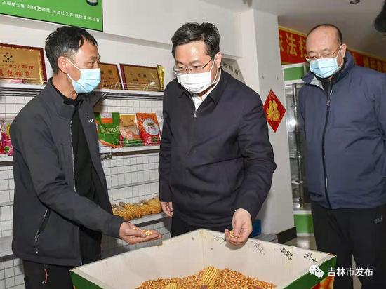市长王路(中)在舒兰市十八晌农资商店,调研种子、化肥、农药等春耕物资储备情况