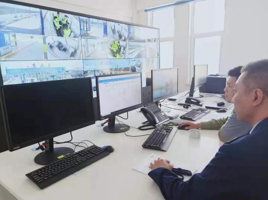 桦皮厂站机务人员在为正式开通做设备调试
