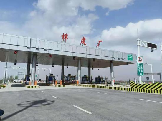 桦皮厂高速路收费站整装迎客。
