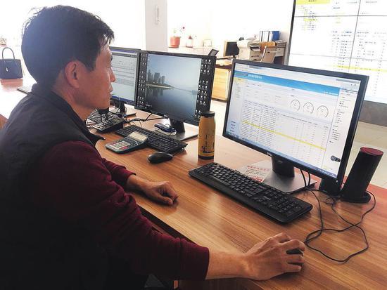 ②鹏程热力工作人员正在通过电脑操控大屏幕。