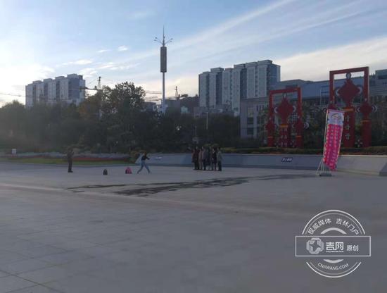 游客广场拍照