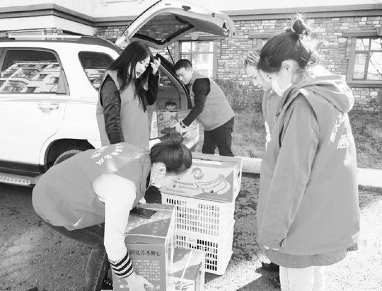 近日,通化市住房公积金管理中心开展党日活动,工作人员走进通化市聖清颐年居康养中心,为生活在那里的老人们购买了水果并提供温馨服务。记者党淑梅摄