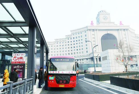 站南广场综合交通换乘中心地面上实行人车分流,行人均由地下通道穿行到达周边公交站点。 李成伟 摄