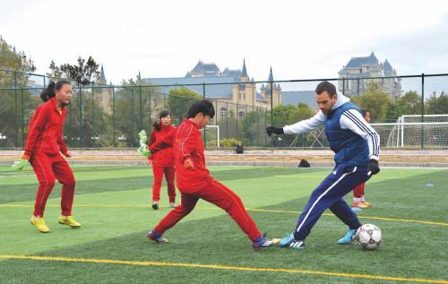 恒大足校学员训练中。恒大足球学校供图