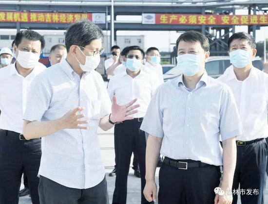 图为吉林市委书记王庭凯(右二)在博大东方新型化工(吉林)有限公司二氧化碳基生物可降解塑料项目现场,就项目建设情况进行调研。
