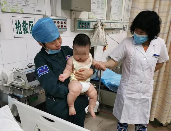 医护人员照顾婴儿。