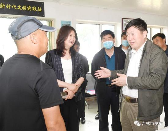 吉林市委书记贺志亮(右)在永吉县口前镇官马山村详细了解防洪工作情况