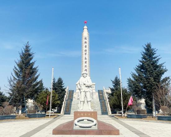 """陈翰章烈士陵园内,陈翰章将军的雕像和刻有""""陈翰章将军永垂不朽""""纪念碑矗立于广场中央,高大雄伟,气势磅礴。 张敬源 摄"""