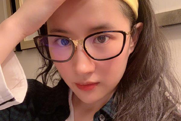 刘亦菲素颜出镜清纯动人 戴眼镜似邻家学姐