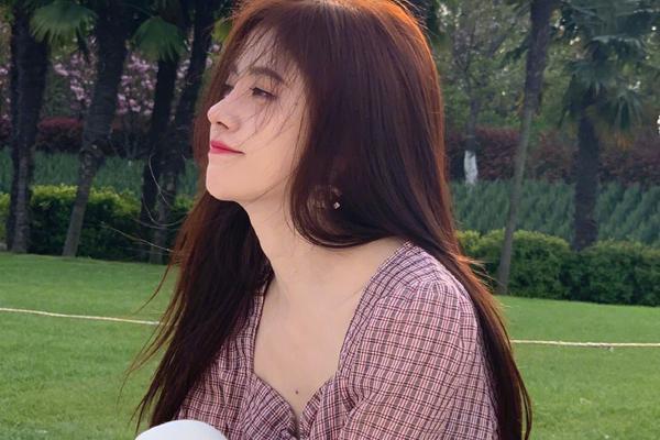 鞠婧祎染新发色感受春天 穿方领上衣秀锁骨仙气足