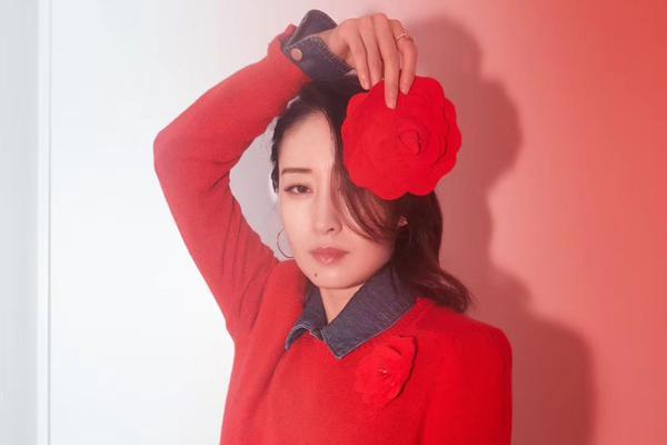刘敏涛一席红色裤装 帅气迷人!