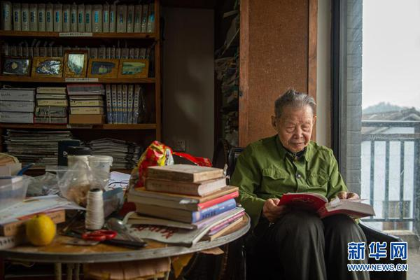 捐万卷书的九旬老人