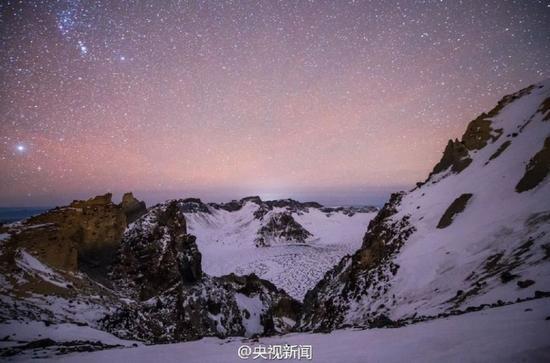 双子座流星雨来临:长白山夜空璀璨