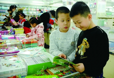 家长们纷纷带孩子到书店选购图书