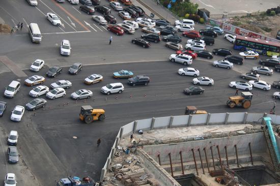 卫星广场北侧人民大街口道路拓宽 通行能力加强